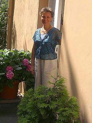 Regina Liedtke vor ihrer Kreativpraxis im Künstlerhof Alt-Lietzow 12